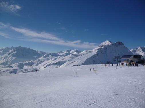 Vernschneite Berge