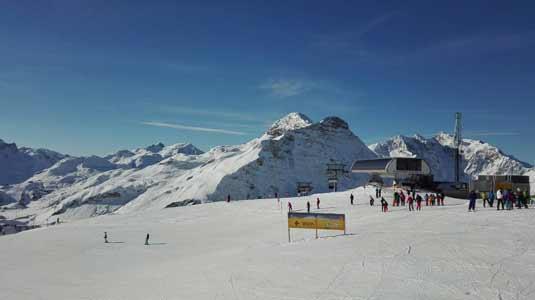 Ski fahren bei herrlichen Wetter