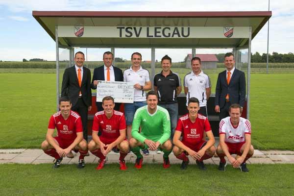 Übergabe des Spendenschecks an den TSV Legau