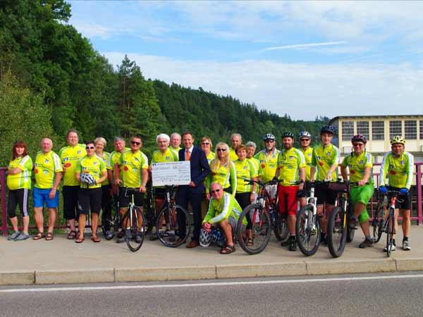 Übergabe des Spendenschecks an die SG Volkratshofen